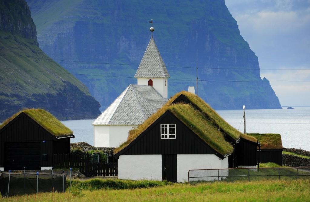 La pittoresca chiesetta di VIDAREIDI affacciata sull'oceano