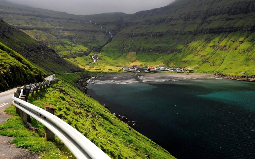Il villaggio di TJORNUVIK rannicchiato ai piedi della montagna nel nord dell'isola di STREYMOY