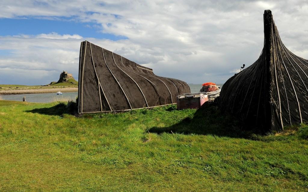 La sagoma del castello fa capolino fra i capanni dei pescatori