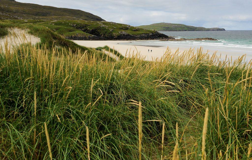 Accesso alla spiaggia di TRAIGH EAIS attraverso una zona di alte dune erbose