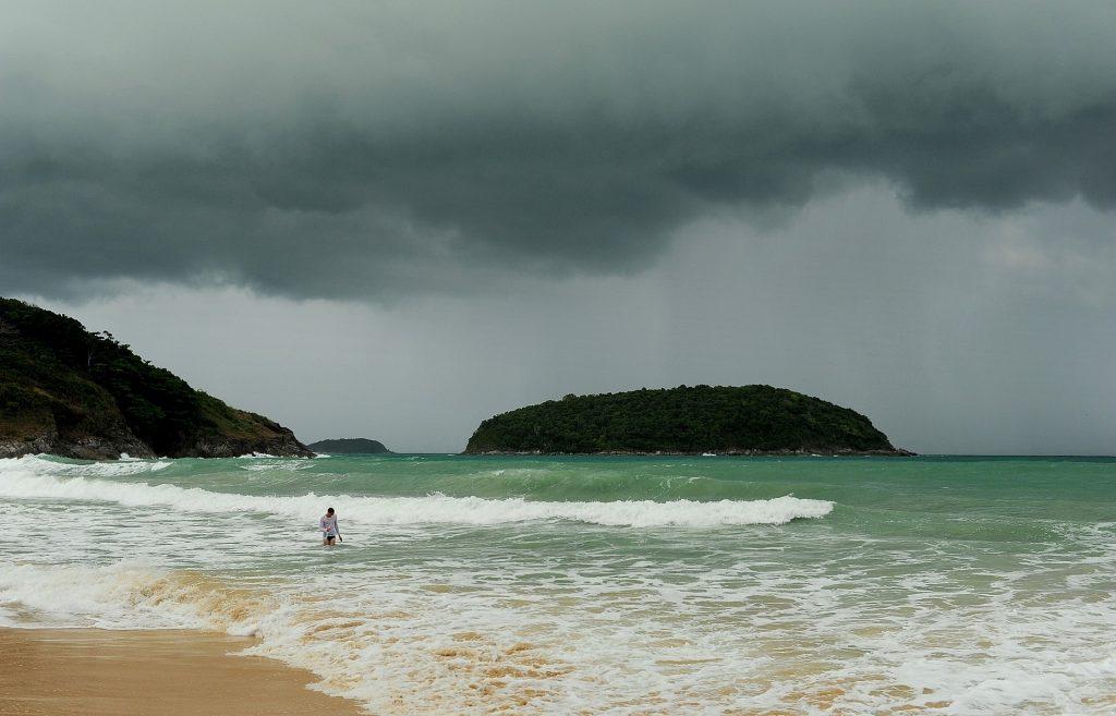 """NAI HARN BEACH in una giornata tempestosa della """"rainy season"""""""