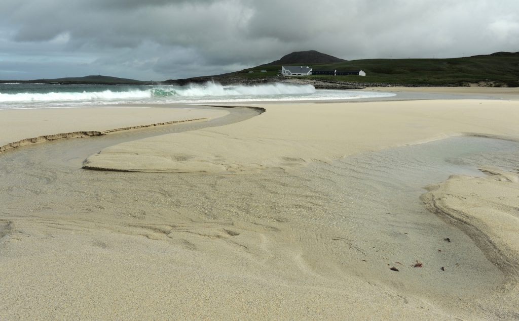 La spiaggia battuta dal vento e dalle onde