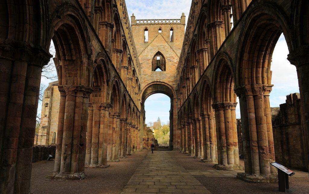 La grande navata vuota della JEDBURGH ABBEY