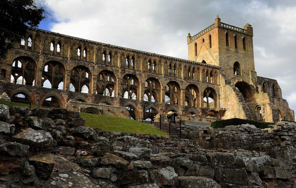Le maestose rovine viste dall'esterno
