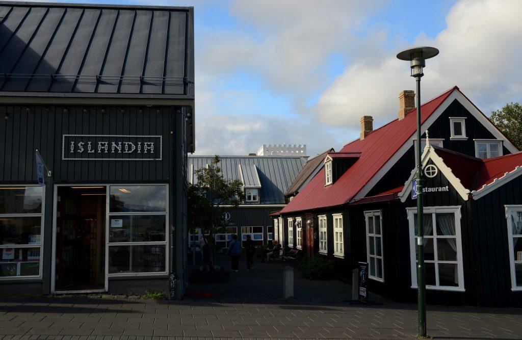 L'ufficio informazioni turistiche a fianco di un caratteristico ristorante