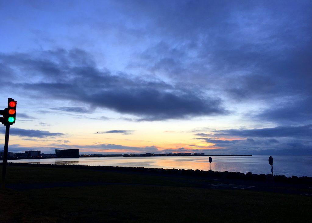 Il cielo di Reykjavik catturato dal finestrino della nostra Toyota Yaris al nostro arrivo dall'aeroporto