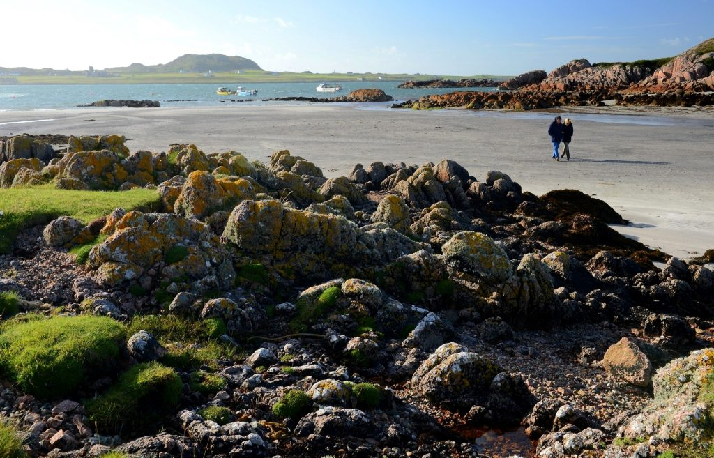 L'isola di IONA visibile all'orizzonte oltre lo stretto che la separa da MULL