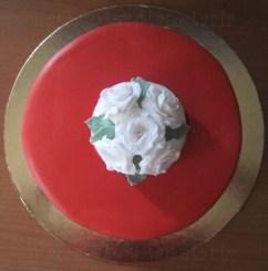 Torta con bouquet di rose bianche