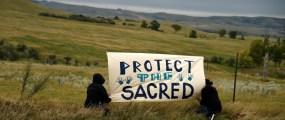 Uno striscione al campo allestito dalla tribù Sioux della riserva di Standing Rock per protestare contro il Dakota Access Pipeline, il 4 settembre 2016. (ROBYN BECK/AFP/Getty Images)