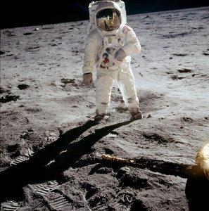 """""""A man on the moon"""", Apollo 11 sulla Luna. Le foto di Neil Armstrong"""