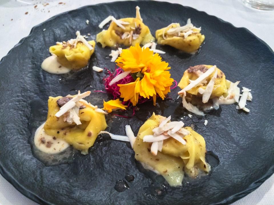 Tortellini di pasta fresca ripieni al tartufo nero estivo e crema di formadi frant