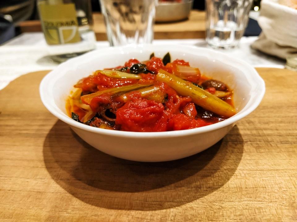 Cicoria con olive e filetti di pomodoro