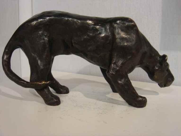 Lionne à l'affût, en bronze