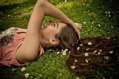 Secret du bonheur n° 83 : se coucher dans l'herbe