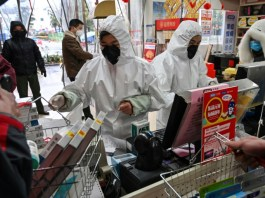 Pharmacy in tuta e maschere protettive