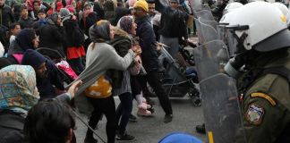 polizia greca respinge i rifugiati