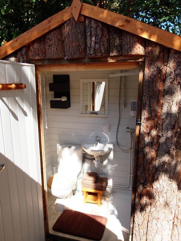 La cabane de douche et wc des gîtes insolites