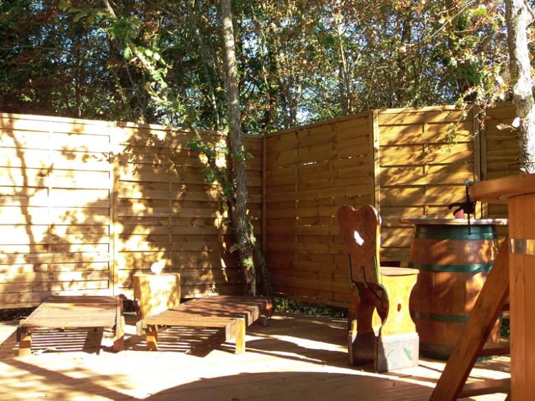 La terrasse du fût Criquet des gîtes insolites baignée de soleil