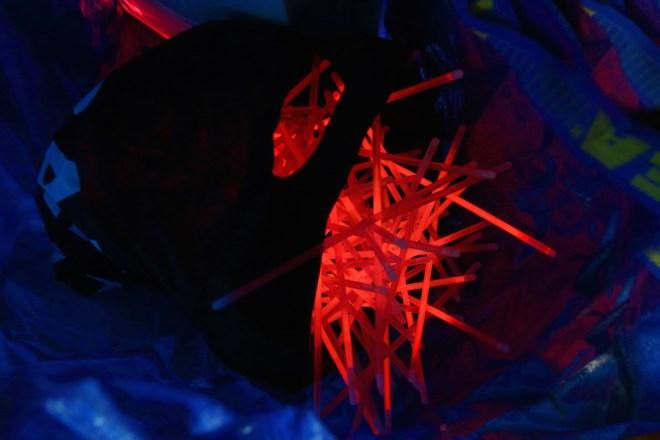 luzinterruptus-dead-red-roses-installation-01