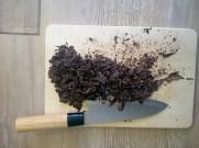 Tritare finemente il cioccolato e riunitelo in un recipiente
