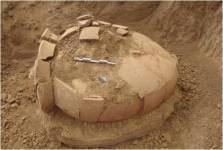 Ο ταφικός πίθος του τύμβου του 4ου αι. π.Χ. στη θέση Νταλαμαρέϊκα Σωστίου ο οποίος κατά την ανασκαφή απέδωσε χάλκινα κύμβαλα