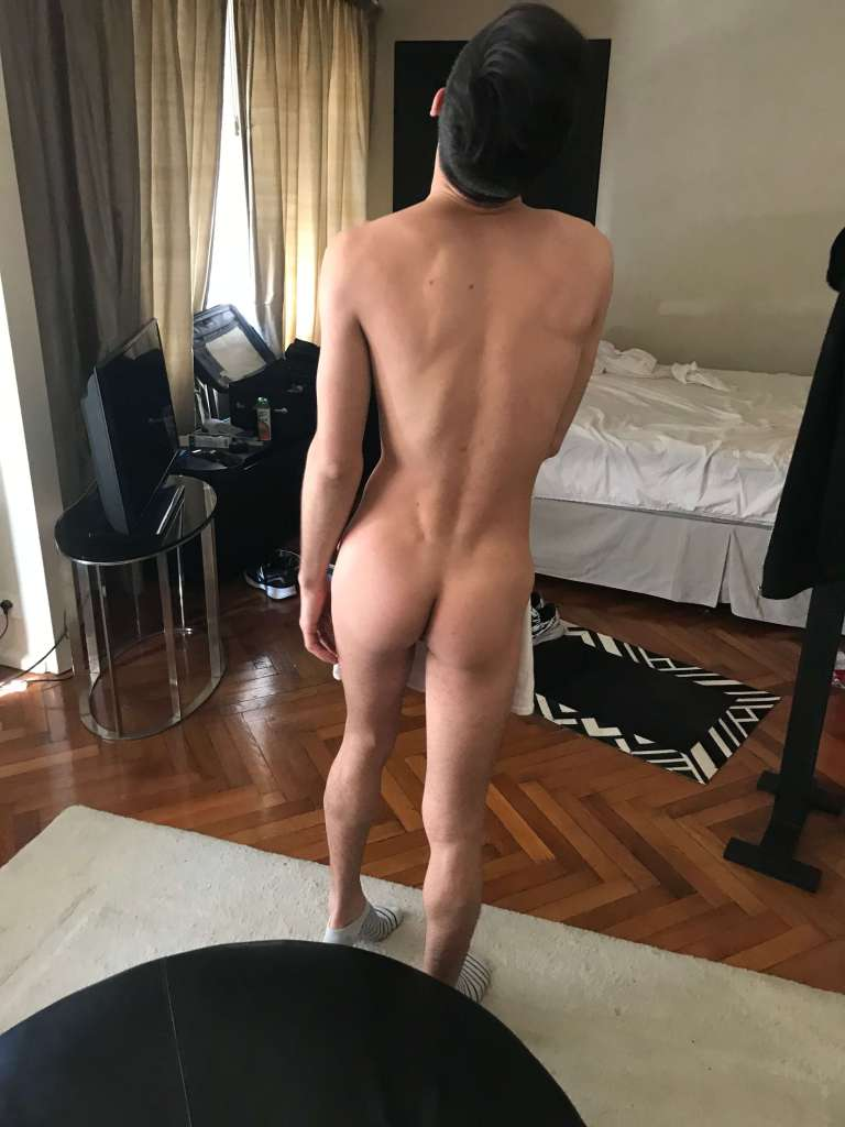 Luciano desnudo desde atras