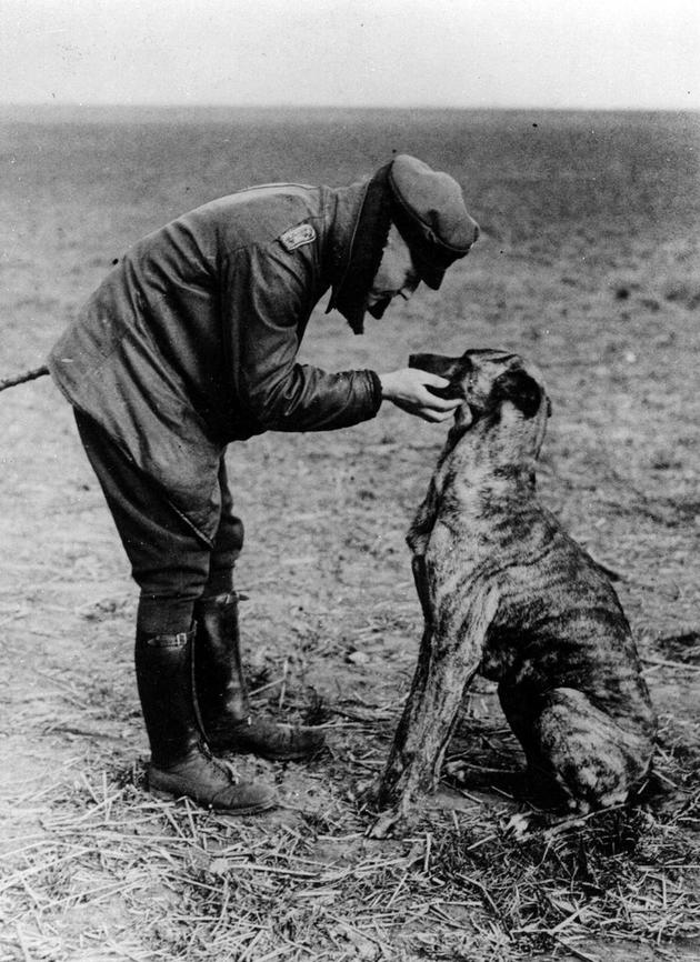 Manfred von Richthofen and his dog