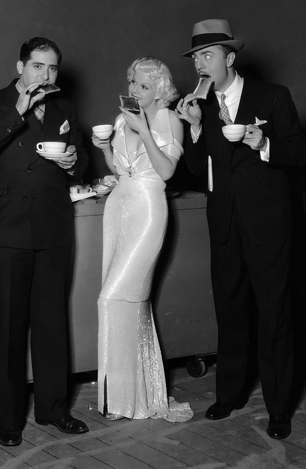 17th December 1934: American actress Jean Harlow on the set of the MGM musical melodrama 'Reckless' with director Victor Fleming and co-star William Powell. (Photo by Virgil Apger)