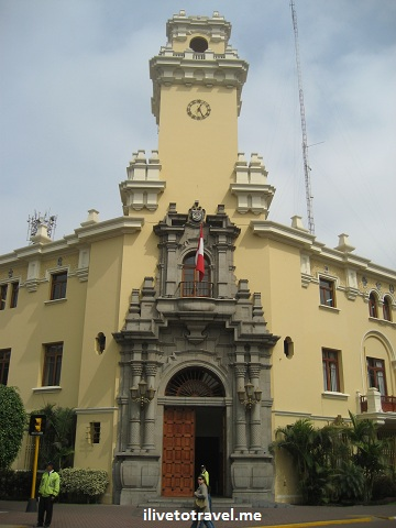 Building on the Parque Central de Miraflores in Lima, Peru