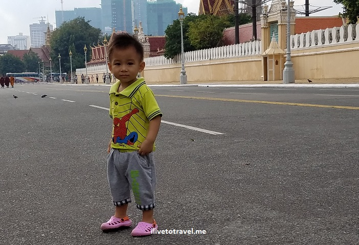 Cambodia, Phnom Penh, child, boy, Royal Palace, street life, Samsung Galaxy S7, photo, travel