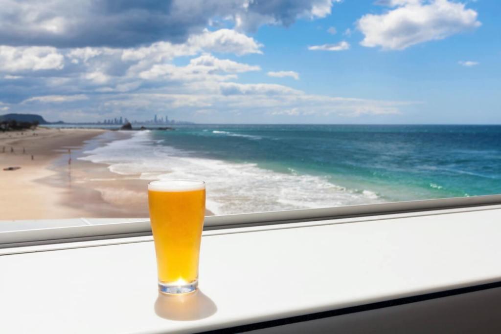 deniz kıyısında bira içmek