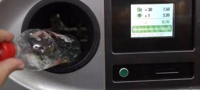 Düsseldorf Deutschland Eine Pfandflasche wird in den Pfandflaschen Rückgabe Automaten gesteckt in