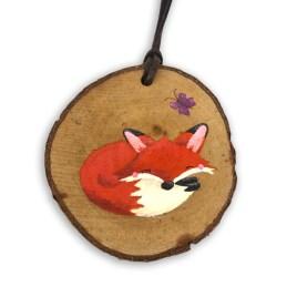 Beschilderde houten hanger: Slapend vosje