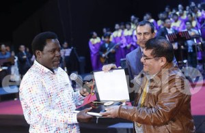 PHOTOS: Mayor Gives Key Of The City To Prophet T.B Joshua At His Crusade In Peru