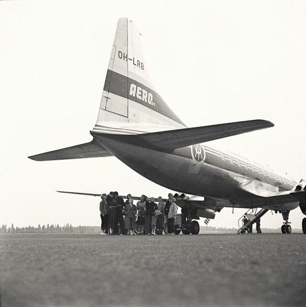 Kansakoululaiset tutustumassa Convair CV-340 OH-LRB -matkustajakoneeseen toukokuussa 1953. Kuva: Finnair Oyj