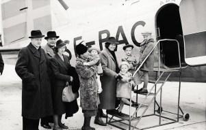 Sotalapsia evakuoidaan Ruotsiin ABA:n DC-3 -koneella syksyllä 1939. Kone SE-BAC siirrettiin toisen maailmansodan jälkeen Karhumäki Airwaysin tunnusten alle OH-VKB:ksi. Kuva: Aarne Pietinen Oy.