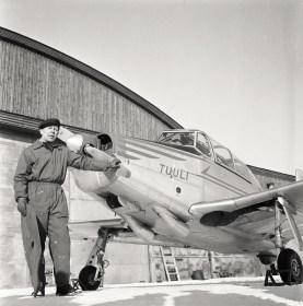 Alkeiskoulukone Valmet Tuuli III TL-1 ja koelentäjä kapt. Esko Halme, luultavasti vuonna 1957. Kuva: Kai Mellen / SIM