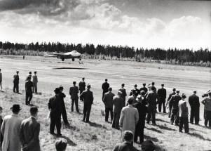 De Havilland Vampire F.B.52 VA-2 lentää Porissa 7.6.1953. 2. lennosto esitteli kalustoaan Helsingin Reserviupseerikerhon ilmailuosastolle. Kuva: Hagelstam / SIM