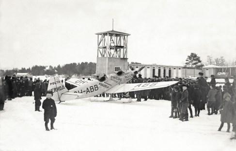 Kapteeni Wäinö Bremerin omistama Junkers A.50c Junior OH-ABB yleisön keskellä Vaasassa 1936. Kuva: SIM