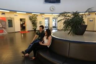 17.20. Ympyränmallinen päärakennuksen aula toimii myös tunnelmallisena asiakkaiden odotustilana.