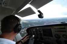 Ei aikaakaan kun Laukkanen jo selvitti koneen laskukierroskuvioon kohti Malmin lentoaseman kiitotietä. Laskeuduimme kiitotie 18:lle klo 17.55.