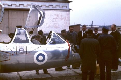 """Böke piti säännöllisin väliajoin yhteyttä Ohjaajakurssi 8:n tovereihinsa. Kauhavalla toukokuussa 1966 pidetyssä kokoontumisessa Böke pääsi ottamaan """"kylmät tyypit"""" Fouga CM170 Magisterista."""