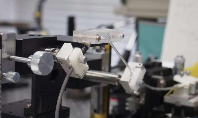 I ricercatori hanno sviluppato un metodo per misurare il glucosio nel sangue usando la luce lontano infrarosso. Credit: Yuji Matsuura