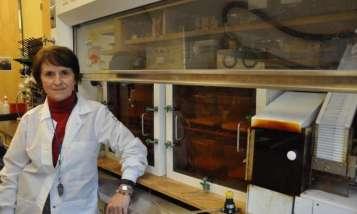 Manuela Martins-Green, professore di biologia cellulare e neuroscienze alla UC Riverside, è vista qui nel suo laboratorio. Alla sua sinistra l'apparecchiatura utilizzata negli esperimenti sul fumo di terza mano, con una fila di sigarette sull'estrema destra della foto. Credit: I. Pittalwala, UC Riverside.
