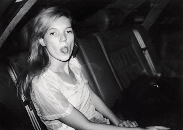 "Bildunterschriften ""Paparazzi!"" / Copyrights ""Paparazzi!"" Bruno Mouron Kate Moss während der Fashion Week Paris, 1992 Silbergelatineabzug 20 x 30 cm Courtesy Bruno Mouron/Agence Sphinx"