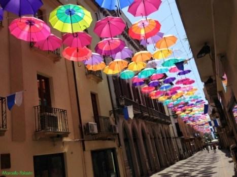 ombrelli colorati arte urbana
