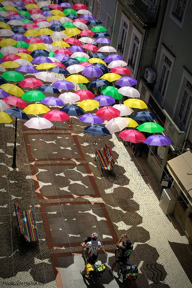 """""""Umbrella art"""": quando gli ombrelli diventano opere d'arte contemporanea."""