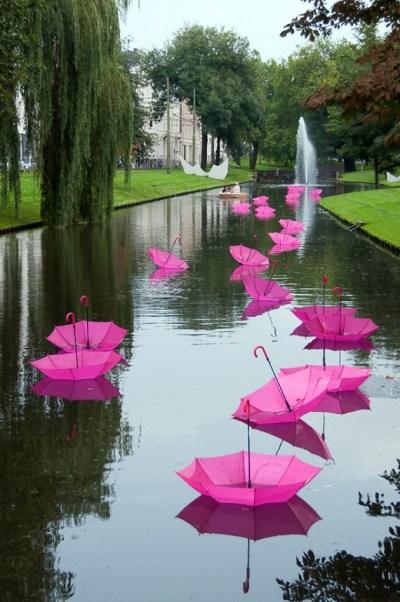 ombrelli colorati in acqua