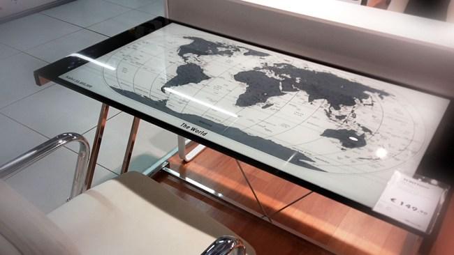 tavolo con mappa geografica