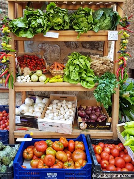 banchi di frutta fresca